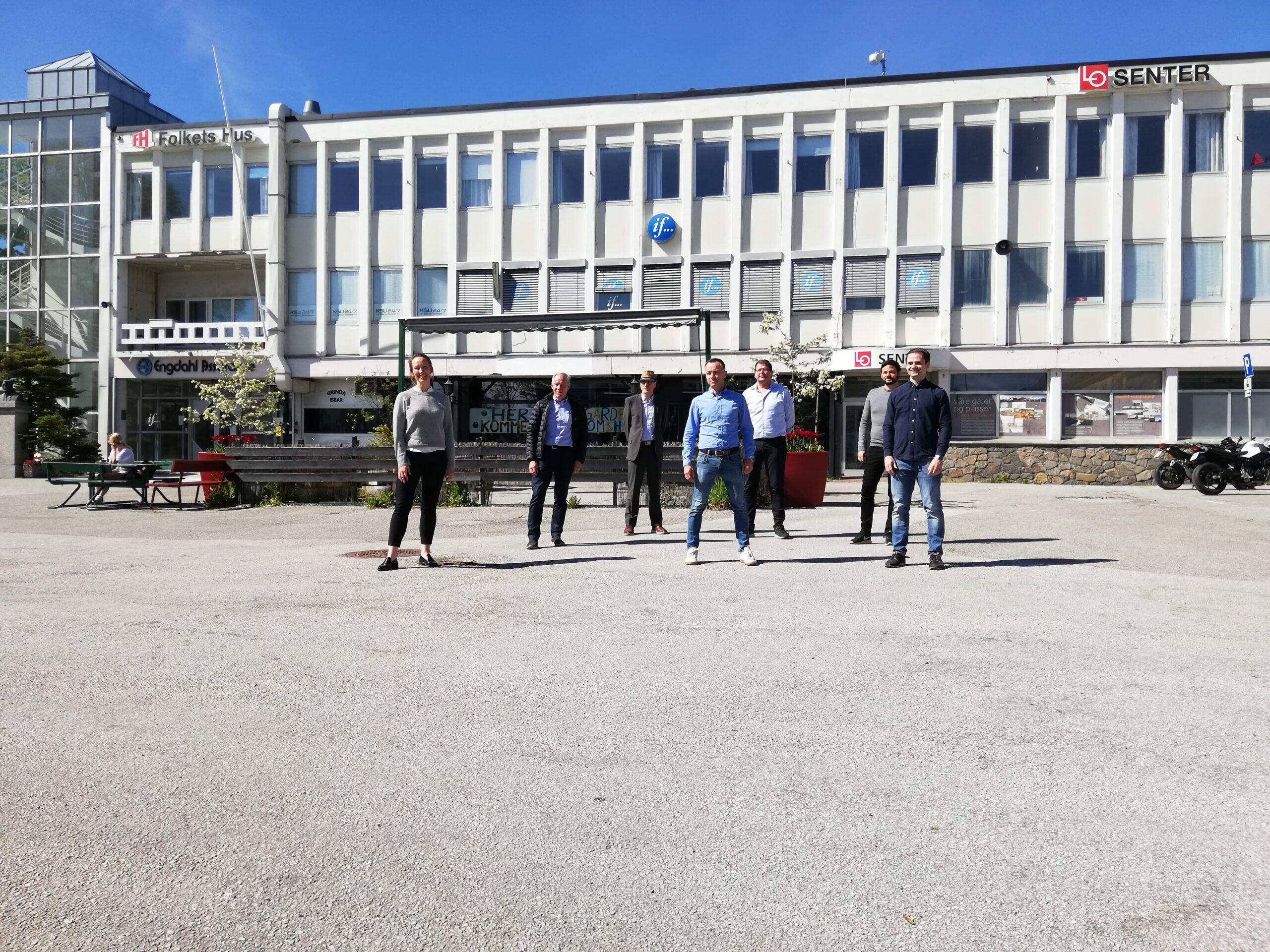 7 mennesker ute i solen