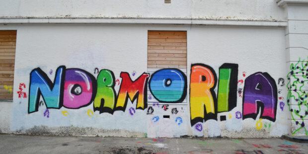 Gatekunst med Normoria som tekst